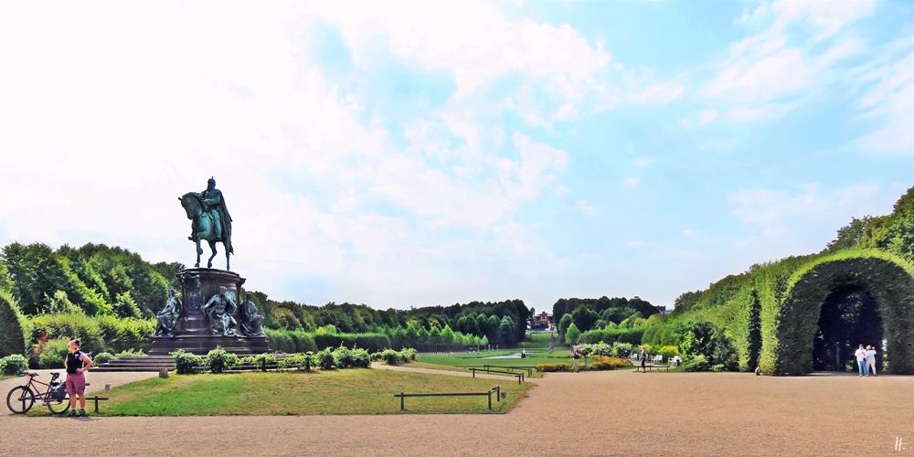 2018-08-17 morgens, SCHWERIN, Schlossgarten, Bronzepferd + Drahtesel, am Reiterstandbild von Friedrich Franz II (1893)